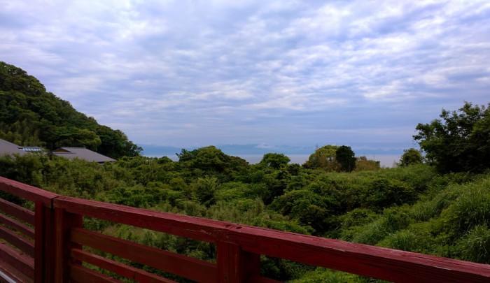 赤い橋から見える海